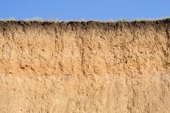 Schnitt des Bodens mit verschiedenen Schichten, Gras und Himmel stockfoto