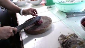 Schnitt des Fleisches auf einem hölzernen Brett stock video footage