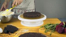 Schnitt des Kuchens auf Schichten Herstellung der Schokoladen-Torte serie stock video footage