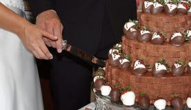 Schnitt des Kuchens des Bräutigams Stockbilder