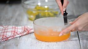 Schnitt des orange Gelees in Stücke stock footage