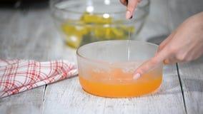 Schnitt des orange Gelees in Stücke stock video