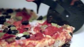Schnitt einer geschmackvollen Pizza stock video