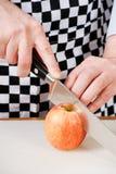 Schnitt eines Apfels Lizenzfreie Stockbilder