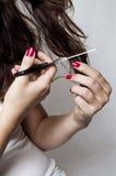 Schnitt ihres eigenen Haares Lizenzfreie Stockfotografie