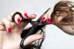 Schnitt ihres eigenen Haares Lizenzfreies Stockfoto