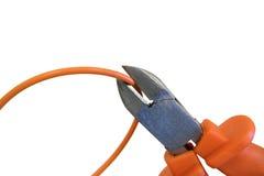 Schnitt orange Draht durch die Quetschwalzen, das Kabel unter Spannung erntend Stockfoto