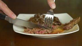 Schnitt und Essen der Steakklemmenrolle stock video