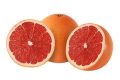 Schnitt und ganze Pampelmuse trägt auf weißem Hintergrund Früchte lizenzfreies stockbild