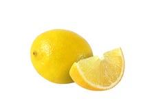 Schnitt und ganze Zitrone trägt auf weißem Hintergrund Früchte lizenzfreie stockfotografie