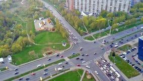 Schnitt von Straßen mit starkem Verkehr des Transportes stock video footage