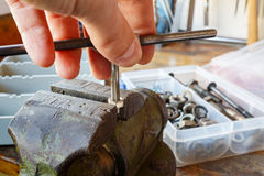 Schnitt von Threadnüssen mit dem Maschinenhahn Stockfotografie
