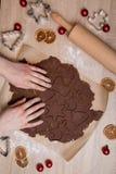 Schnitt Weihnachtsplätzchen, backende Lebkuchenmänner, Christus machend lizenzfreie stockfotografie