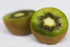 Schnittgrünfruchtkiwi mit schwarzen Samen Stockfoto