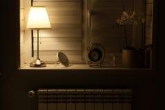 Schnittheizfläche unter dem Fenster im Schlafzimmer stockbilder