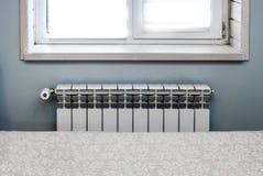 Schnittheizfläche unter dem Fenster im Schlafzimmer lizenzfreies stockfoto