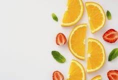 Schnittorange, Erdbeere und tadellose Blätter auf weißem Hintergrund 11 lizenzfreie stockfotografie