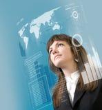 Schnittstelle - Brunette, der in der virtuellen Realität steht stockfoto