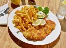 Schnitzel με τις τηγανιτές πατάτες στοκ εικόνα