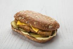 Schnitzel-Burger mit Essiggurke und zwei Arten Käse stockbilder