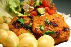 Schnitzel com massa e salada imagem de stock royalty free
