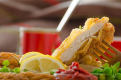 Schnitzel, francuzów dłoniaki i microgreens sałatkowi, Fotografia Stock