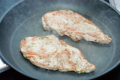 Schnitzel frito en un sartén del Teflon Fotografía de archivo