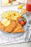 Schnitzel med fransmansmåfiskar och ett kryddigt dopp Royaltyfri Foto