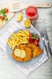 Schnitzel med fransmansmåfiskar och ett kryddigt dopp Royaltyfria Foton