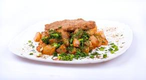 Schnitzel med potatisar på en platta Royaltyfria Bilder