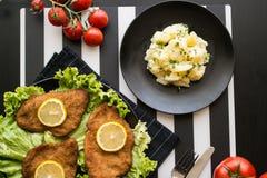 Schnitzel med potatissallad Arkivbilder