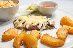 Schnitzel met aardappels Stock Foto