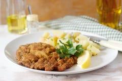 Schnitzel met aardappelsalade wordt gediend, citroen die Traditioneel Oostenrijks voedsel stock afbeeldingen