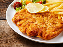 Schnitzel mit Pommes-Fritesnahaufnahme Lizenzfreies Stockfoto