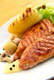 ψημένα στη σχάρα schnitzel λαχανικά &ta Στοκ Εικόνες