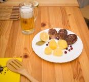 Schnitzel und Kartoffeln des Wiener Würstchens Lizenzfreie Stockfotos
