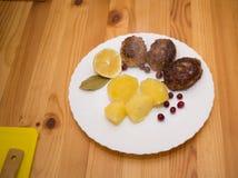 Schnitzel und Kartoffeln des Wiener Würstchens Stockbild