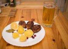 Schnitzel und Kartoffeln des Wiener Würstchens Stockfotos