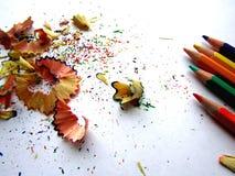 Schnitzel von der Bleistiftfarbe auf Weißbuch Lizenzfreie Stockfotos