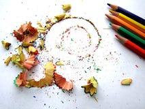 Schnitzel von der Bleistiftfarbe auf Weißbuch Lizenzfreie Stockbilder