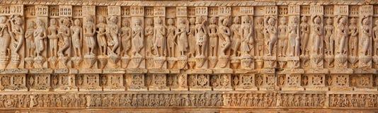 Schnitzen auf den Wänden eines alten Tempels u. des x28; Hindu& x29; Stockbilder