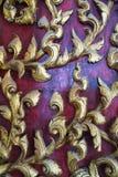Schnitzen auf hölzerner Tempeltür Stockbilder