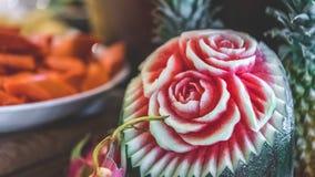 Schnitzen der Blume auf einer Wassermelone lizenzfreies stockfoto
