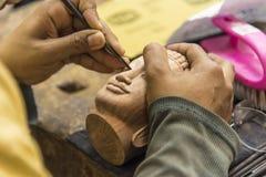 Schnitzen der buddhistischen Skulptur stockfotografie