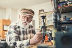 Schnitzen des älteren Mannes lizenzfreie stockfotografie