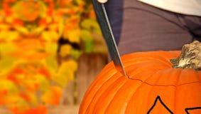 Schnitzen des Halloween-Kürbises Stockbilder