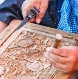 Schnitzen des Holzes und der Werkzeuge stockfoto