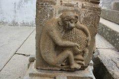 Schnitzen eines Affen, der eine Frucht auf der Säule des Gommateshwara-Tempels hält Lizenzfreies Stockbild