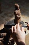 Schnitzen eines Replik-Terrakotta-Kriegers in Xian Lizenzfreie Stockbilder