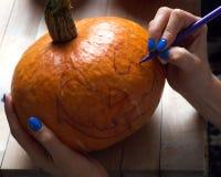 Schnitzen Sie Kürbise für Halloween Stockbild